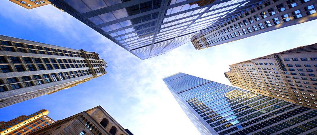 Photo of Hoge gebouwen, kleine lettertjes