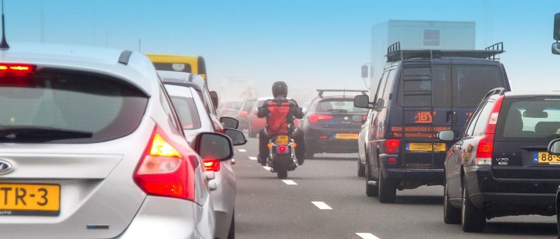 Motorrijden in de file: mag je inhalen?