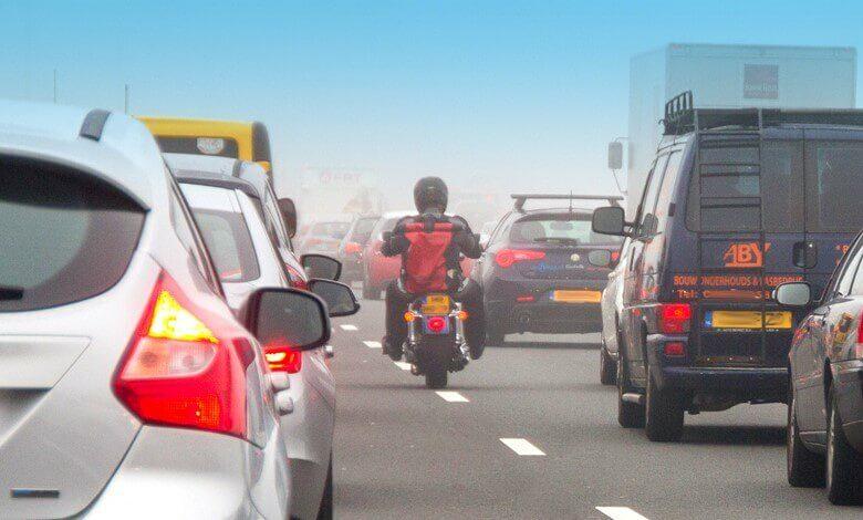 Motorrijden in de file: mag je inhalen? | Verzekeruzelf
